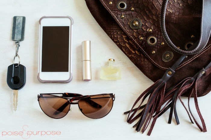 7 Must-Have Items To Have in Your Purse2